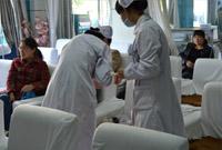 护士为患者打针